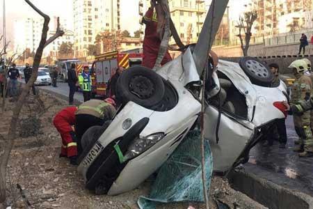 سوار کردن مسافر دردسرساز شد ، نجات معجزه آسای راننده پژو پس از واژگونی